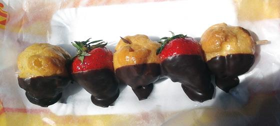 spieß mit mini windbeuteln und erdberen, zur hälfte in schokolade getaucht